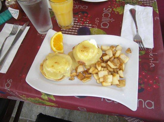 Courtyard Waikiki Beach : Eggs Benedict @ Spada