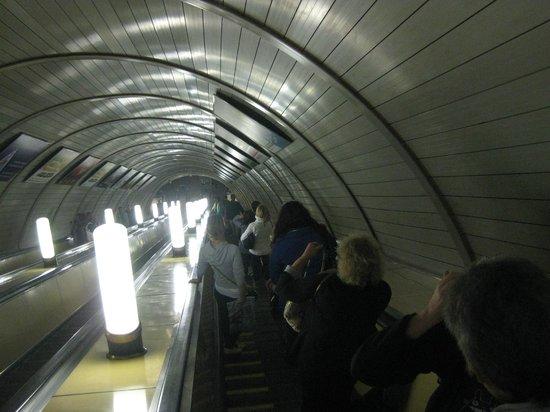 Metropolitana di Mosca: Escalator to Metro