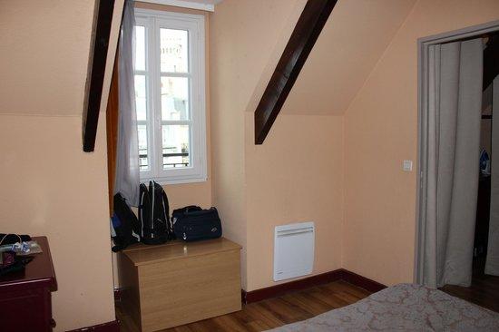 Adagio Paris Montmartre: Bedroom storage