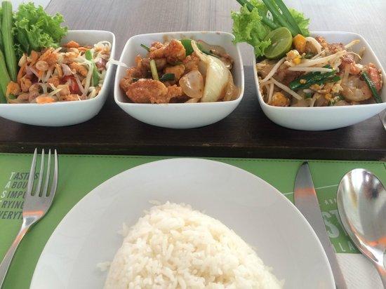 Ibis Pattaya : 左から、ソムタム・鶏肉カシューナッツ炒め・パッタイ+ライス 美味い269B