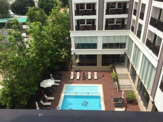 Ibis Pattaya: バルコニーから見たプール