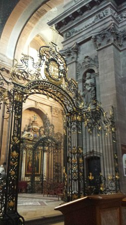 Cathedrale de Belfort: Il presbiterio protetto della fantasmagorica cancellata