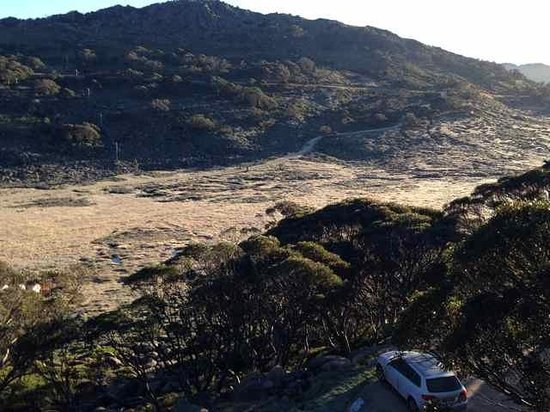 Pygmy Possum Lodge: From the front to the access road and K road
