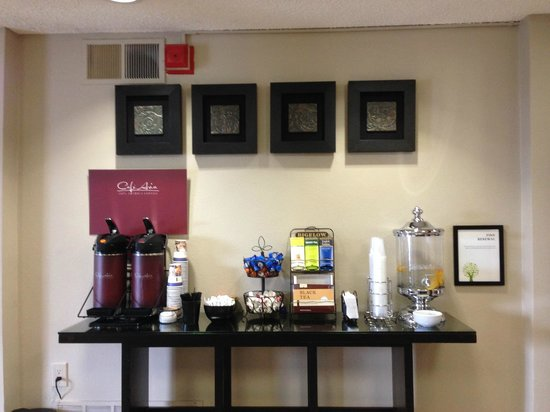 BEST WESTERN McCarran Inn: Lobby - free refreshments!