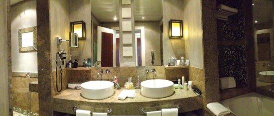 Grande Real Villa Italia Hotel & Spa: Mosaic & Marble Bathroom