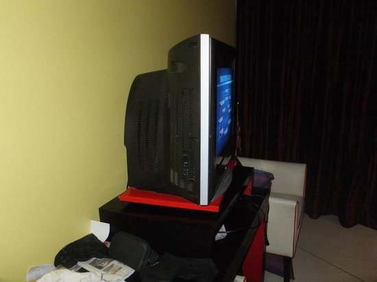 Red Ginger Chic Resort : The not so 'chic' old TV!