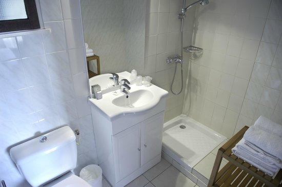 salle de bain bilde av hotel azur i le lavandou tripadvisor. Black Bedroom Furniture Sets. Home Design Ideas