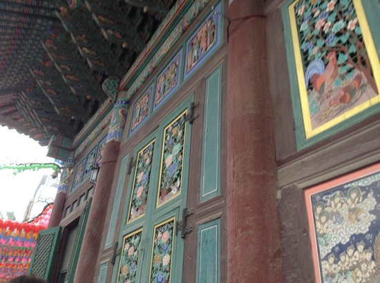 Jogyesa Temple: Ornate doors housing the 3 statues of Buddha