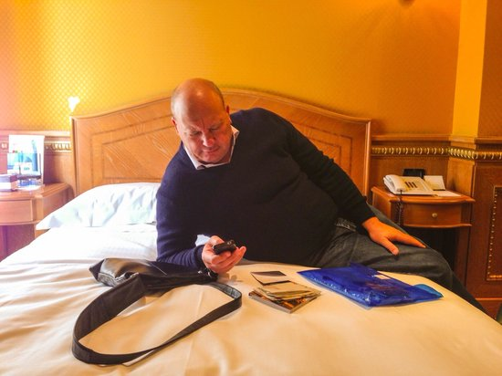 River Palace Hotel: Tuning into the free WI-fi.