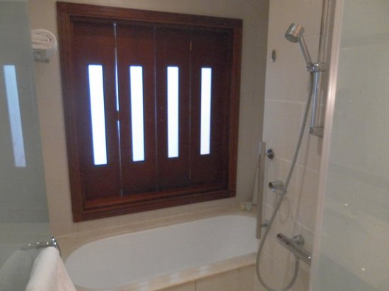 Radisson Blu Resort Fujairah: large walk-in shower and bath - fold back doors to the bedroom were fixed shut