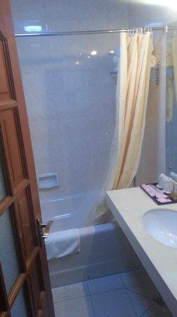 Dekang Hotel: Bathroom
