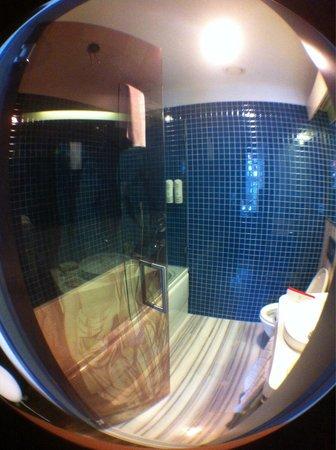 Senatus Hotel : Bathroom with silly see through door! Gotta love it!!
