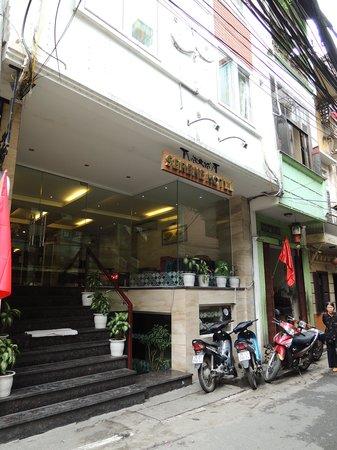 Hanoi Serene Hotel: Entrance of the hote;