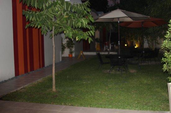 Escario Central Hotel: Small garden area of hotel