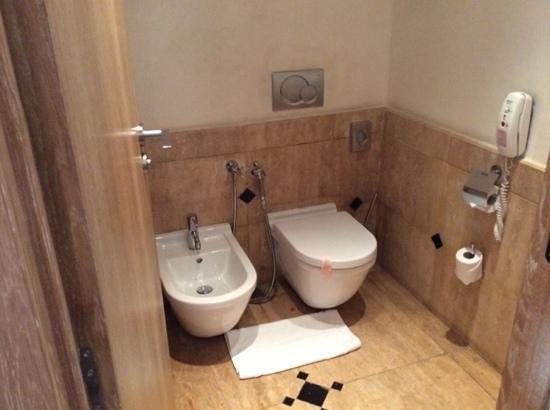 Hôtel & Ryads Barrière Le Naoura Marrakech : old tiles in bathroom