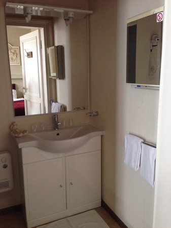 Botaniek  Hotel: Bathroom in room with 2 double beds (room 5?) photo 1 of 2