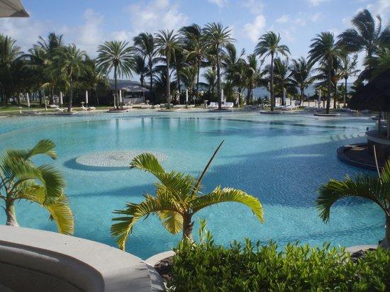 LUX* Belle Mare: Vue sur la piscine du LUX Belle Mare