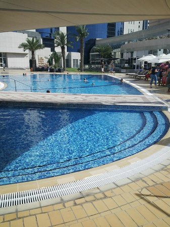 Le Royal Meridien Abu Dhabi: wide swimming pool