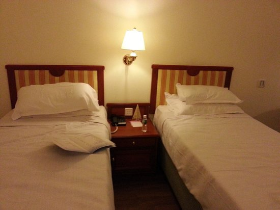 Abad Airport Hotel: Beds in twin room