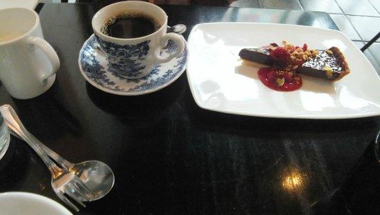 Atelje Finne : chocolate pie  with raspberry  sauce