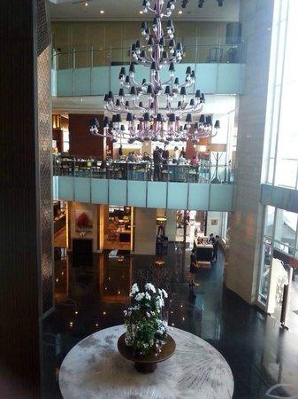 Sofitel Bangkok Sukhumvit : View of lobby from breakfast restaurant