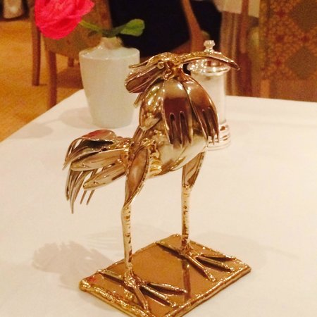 Restaurant Caroussel im Buelow Palais: The Bird Statue on our table