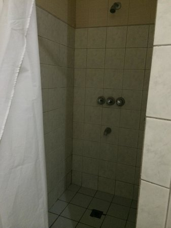 Cebu Business Hotel: Shower area