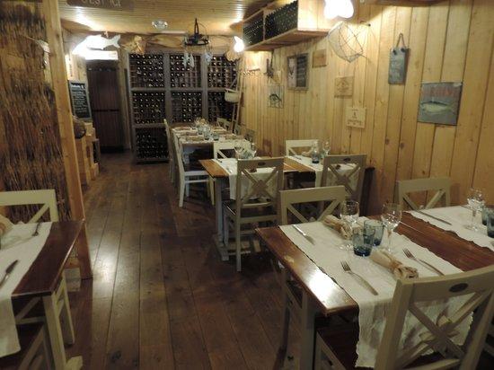 Le Cabanon des Pecheurs : la salle de restaurant