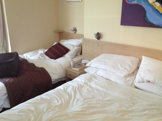 New Steine Hotel: Room 104 - the extra bed crammed in for that hostel look
