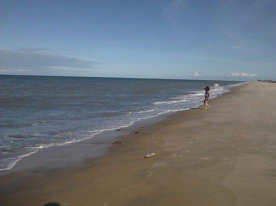 Pousada Labella Monick: La playa justo en la calle donde está la Posada.