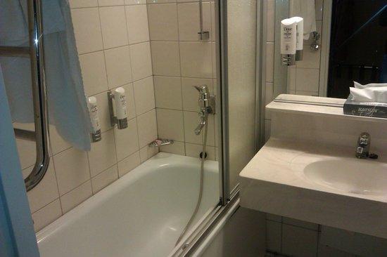 Original Sokos Hotel Presidentti: Ванная комната где вода стикает на пол по стене(((