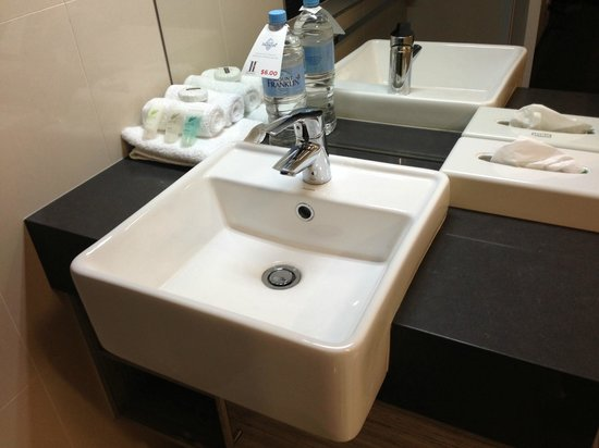 H Hotel: bathroom