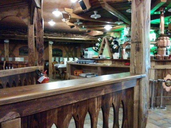 Osteria La Spleuza Cucina & Pizza: Sala con angolo bar