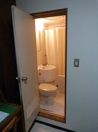 Hotel New Tohoku: Дверь в ванную
