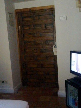 Hotel Puerta de la Luna : puerta habitacion