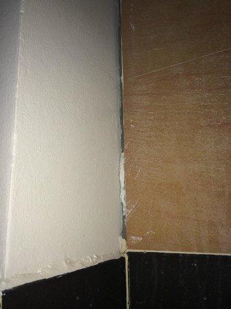Koh Tao Regal Resort: Cracks in the bathroom