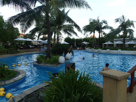 Radisson Blu Cebu: Free form swimming pool