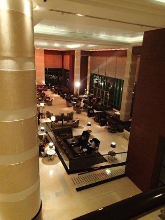 Radisson Blu Cebu : Lobby from the mezzanine floor