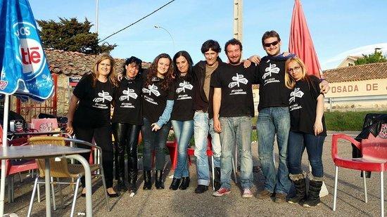 Cruce de Caminos: parte del grupo con Jose, el dueño, y con las camisetas que nos regaló.