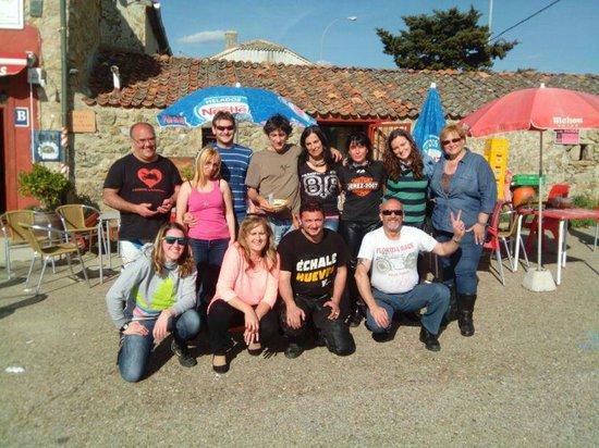 Cruce de Caminos: El grupo al completo en la terraza