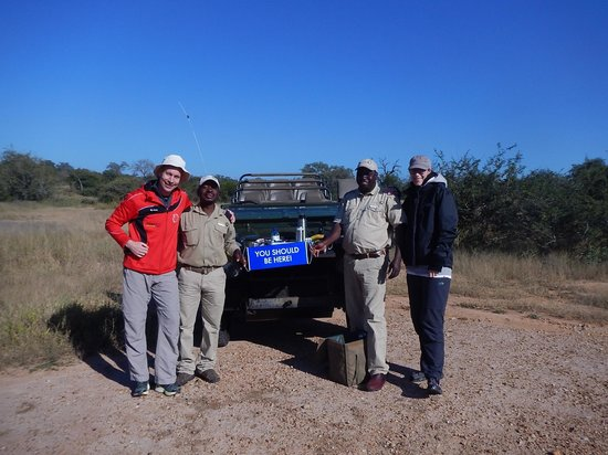 Kambaku Safari Lodge : Enjoying Coffee and Tea after a morning Game Drive