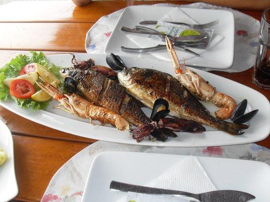 Bluesun Hotel Borak: Repas restaurant centre portuaire Bol, à 5 min à pied de l'hôtel