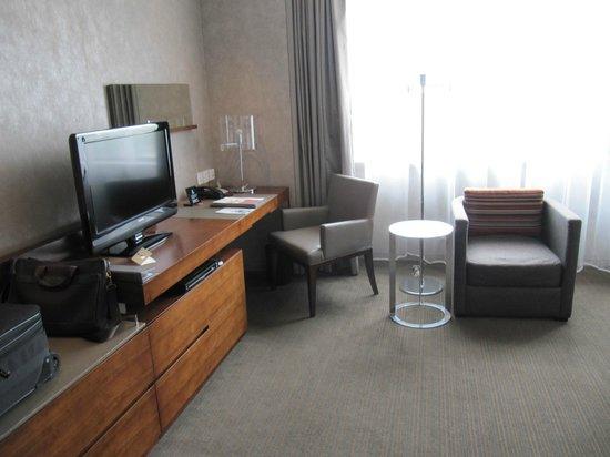Parkyard Hotel Shanghai: nice TV and workstation