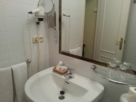 Hotel Abril: Bathroom