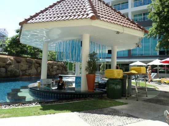 Centara Pattaya Hotel: pool bar