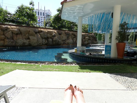 Centara Pattaya Hotel: pool and pool bar