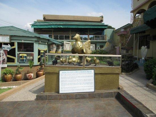 Ashanti Gold Hotel: Statue in hotel grounds