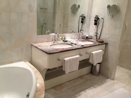 Boscolo Budapest, Autograph Collection: bathroom