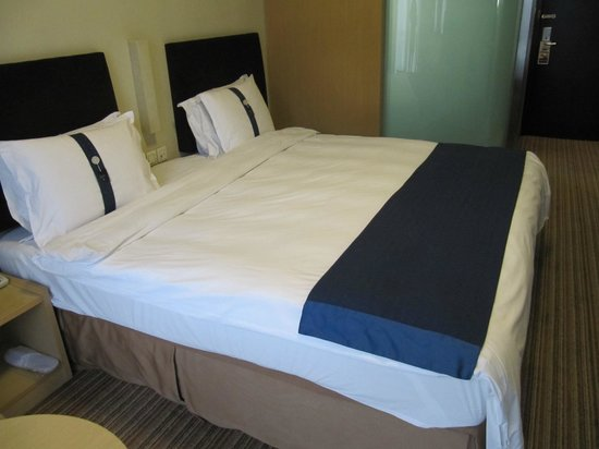 Holiday Inn Express Putuo Shanghai: Not so soft bed
