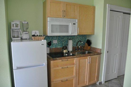 Oyster Bay Beach Resort : Kitchen area